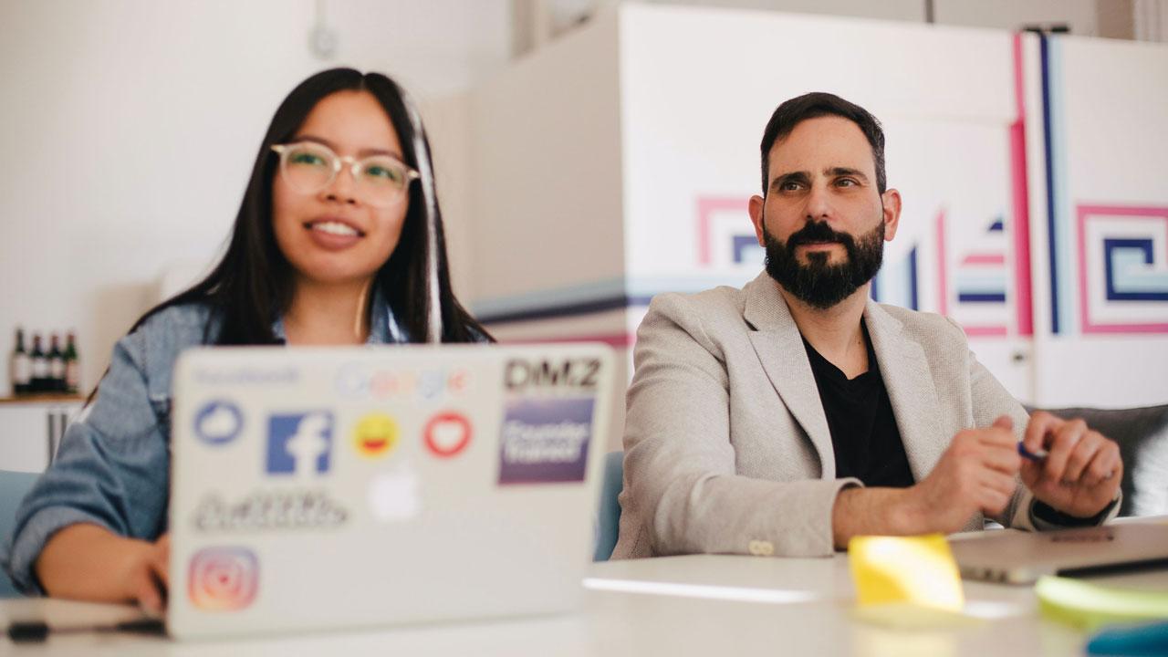 ux ui ixd designer seduti in meeting